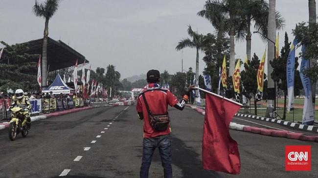 Jumlah putaran dalam road race berbeda-beda tergantung level pebalap. Untuk pemula jumlah lap dimulai dari 12 putaran, sedangkan pebalap unggulan menggunakan 20 putaran. (CNN Indonesia/M Arby Rahmat)