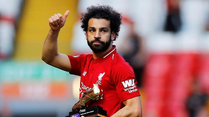 Soccer Football - Premier League - Liverpool v Wolverhampton Wanderers - Anfield, Liverpool, Britain - May 12, 2019  Liverpool's Mohamed Salah gestures to the fans as he holds a trophy for winning the Premier League Golden Boot award after the match  REUTERS/Phil Noble  EDITORIAL USE ONLY. No use with unauthorized audio, video, data, fixture lists, club/league logos or