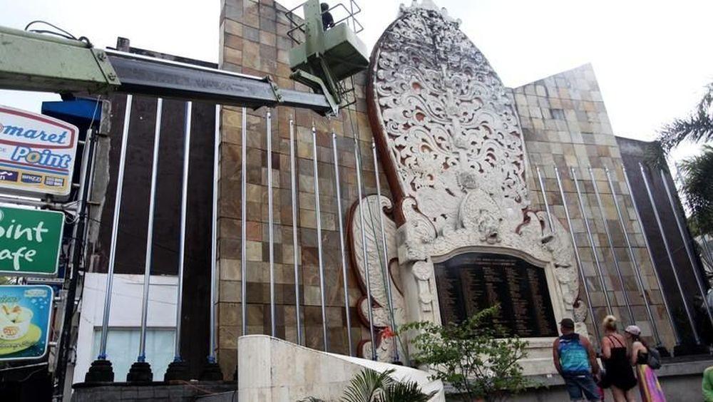 14 Oktober 2002, IHSG terpengaruh peristiwa Bom Bali I yakni 12 Oktober 2002. SitusTirto mencatat, peristiwa nahas ini membuat IHSG anjlok hingga 10%. Ini adalah rangkaian tiga peristiwa pengeboman yang terjadi pada malam hari 12 Oktober 2002.(Detikcom/Lamhot)