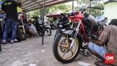 Performa pebalap di atas lintasan bergantung kepada peran mekanik dari masing-masing tim. Pengaturan sepeda motor untuk road race harus sesuai dengan peraturan yang telah diterapkan IMI. (CNN Indonesia/Artho Viando)