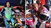 Dalam beberapa tahun belakangan dunia road race Indonesia diramaikan dengan kehadiran pebalap wanita, di antaranya Nova 'Cibey' dan Silvia 'Ubey' Audina Nazar (kanan). Para pebalap wanita ini biasanya tampil di kelas motor matik. (CNN Indonesia/Artho Viando)