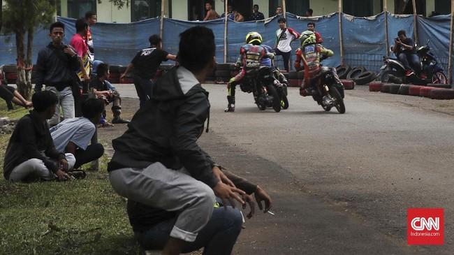 Dalam beberapa ajang road race, penonton road race masih mengabaikan keselamatan dalam menyaksikan balapan. Sejumlah pengunjung ada yang menghiraukan aspek bahaya dengan menonton balapan tidak jauh dari lintasan. (CNN Indonesia/Artho Viando)