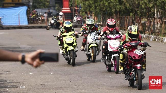 Road race di Indonesia terdiri dari beberapa kelas motor: matik, sport, hingga skuter. Kelas bebek 150ccjadi salah satu yang diminati pebalap road race di Indonesia. (CNN Indonesia/Artho Viando)