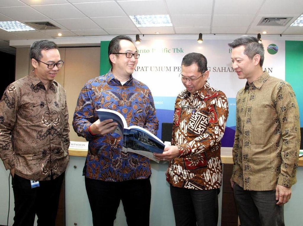 Direktur Utama PT Barito Pacific Tbk, Agus Salim Pangestu (dua kiri), Wakil Direktur Utama Rudy Suparman (dua kanan) berbincang dengan Direktur Andry Setiawan (kanan), dan Direktur Independen David Kosasih (kiri) di sela-sela Rapat Umum Pemegang Saham Tahunan (RUPST) di Jakarta, Rabu (15/5). Istimewa.