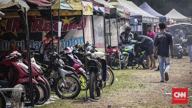 Pelaksanaan road race di level kejurda atau club event biasa menggunakan paddock atau garasi dengan penampilan sederhana, menggunakan tenda dan terlihat lebih terbuka. (CNN Indonesia/Artho Viando)