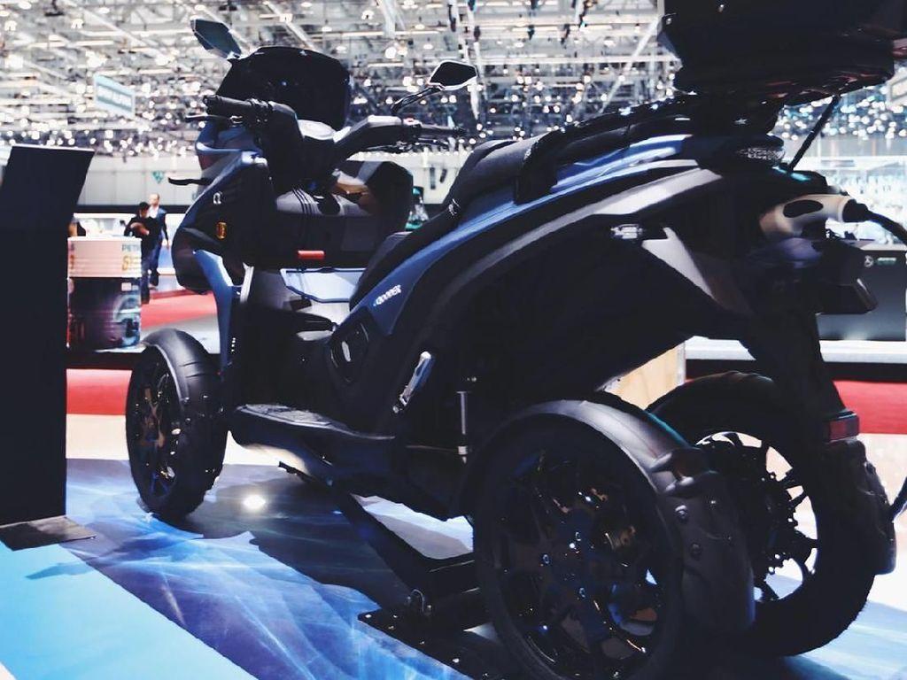 Meskipun berukuran besar dan bertenaga listrik, motor roda empat ini mampu menyemburkan 60hp dari motor penggerak Z-Force dan baterai lithium-ion Z-Force. Istimewa/Eqooder.