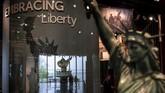 Pengelola berharap dengan museum itu pengunjung kembali merunut sejarah bagaimana Patung Liberty menyambut imigran ke AS selama bergenerasi-generasi. (Drew Angerer/Getty Images/AFP)