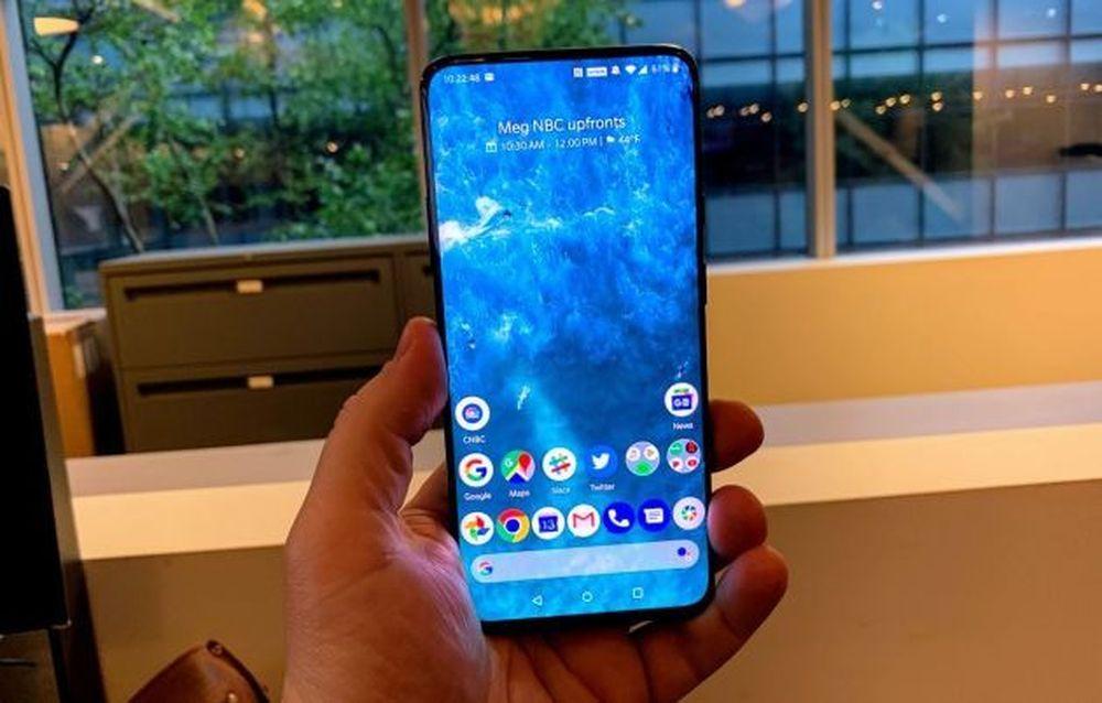 OnePlus 7 Pro yang baru patut dipertimbangkan. Ini menawarkan lebih banyak fitur premium seperti layar yang tajam, banyak penyimpanan dan prosesor yang cepat untuk bermain game. Dan mulai dari Rp 9.665.286 harganya ratusan dolar lebih murah dari ponsel premium seperti Samsung Galaxy S10 +. (Todd Haselton | CNBC)