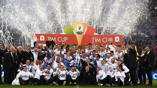 Para pemain Lazio merayakan gelar ketujuh mereka di ajang Coppa Italia. Biancoceleste menyamai torehan gelar Inter Milan dan hanya kalah dari AS Roma dan Juventus. (REUTERS/Alberto Lingria)