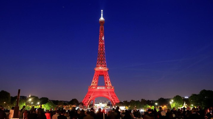 Rayakan hari jadi ke-130, menara Eiffel menampilkan kerlap-kerlip kemewahan lampunya pada malam hari.