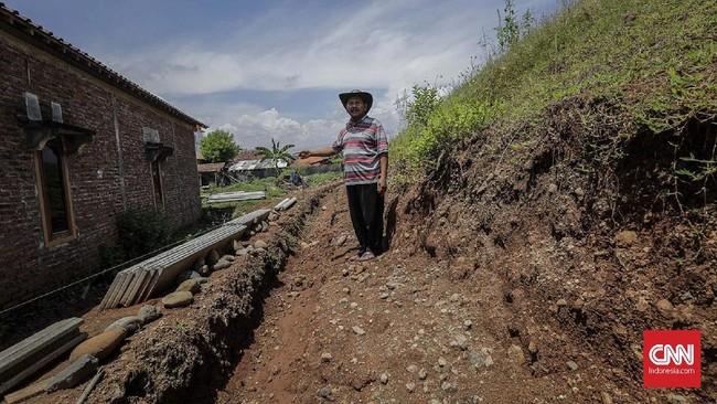 Yusro (56), satu dari puluhan Kepala Keluarga di Desa Rejosari yang nasib pembayaran ganti rugi tahap dua terkatung-katung. (CNNINdonesia/Adhi Wicaksono).