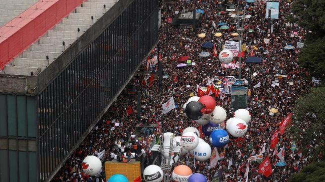 Anggaran Pendidikan Disunat, Mahasiswa Brasil Demo Besar