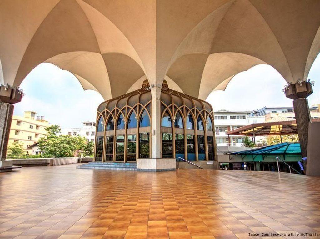 Masjid Islamic Center di Bangkok ini berdiri atas lahan seluar 16.976 meter persegi dan dapat menampung hingga 3 ribu jemaah dalam satu sesi ibadah. Selain memiliki fungsi utama sebagai tempat ibadah, sejumlah kegiatan lain, seperti pendidikan, sosial dan budaya masyarakat kerapkali diadakan di masjid tersebut. Dok. www.halallivingthailand.com.