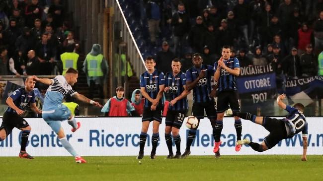 Penyerang Lazio, Ciro Immobile, gagal menambah torehan golnya musim ini dengan membobol gawang Atalanta. Immobile sudah mencetak 18 gol di semua ajang dan empat di antaranya tercipta di ajang Coppa Italia. (REUTERS/Ciro De Luca)