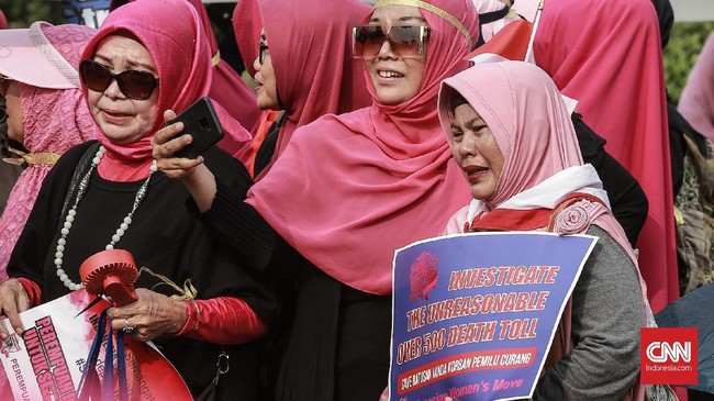 Di seberang istana, PIB pun menuntut keadilan atas ratusan petugas KPPS yang meninggal dunia selama pelaksanaan Pemilu 2019. (CNN Indonesia/Andry Novelino)