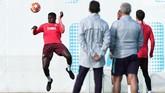 Berstatus juara dunia, Samuel Umtiti justru lebih sering duduk di bangku cadangan Barcelona musim lalu. Dengan rencana kedatangan Matthijs de Ligt, Umtiti semakin terbelakang dalam status pilihan pelatih Ernesto Valverde. (REUTERS/Albert Gea)