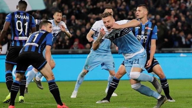 Sergej Milinkovic-Savic mencetak satu gol di laga ini yang membuatnya tercatat sudah empat kali membobol gawang Atalanta di semua kompetisi. (REUTERS/Ciro De Luca)