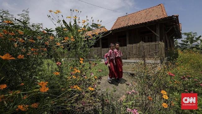Wajah baru Desa Rejosari. Usai tol Trans Jawadiresmikan, muncul pemukiman baru bagi warga yang tergusur tol. Mereka membangun rumah baru setelah mendapatkan ganti rugi pada pembebasan tahap l. (CNNINdonesia/Adhi Wicaksono).