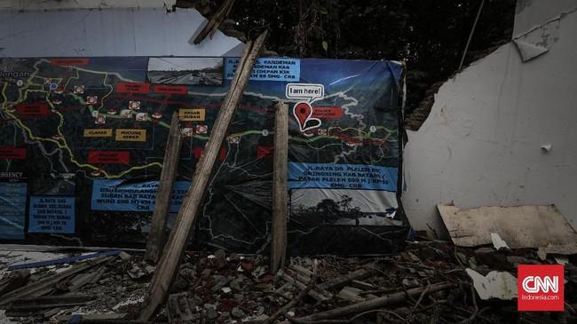 Awal tahun ini, Sebuah pos polisi di Alas Roban tusak parah akibat tertimpa pohon jati berukuran besar yang roboh disapu angin kencang. Suasana ketika kejadian sangat mencekam, hujan lebat beserta angin ujar salah satu pedagang yang berada tidak jauh dari lokasi. (CNNIndonesia/Adhi Wicaksono).