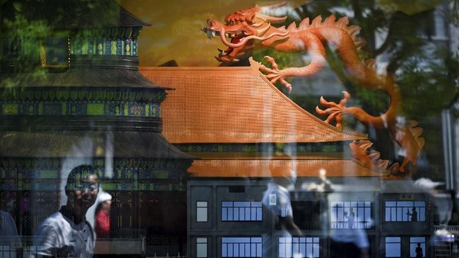 Miniatur naga ditampilkan di suatu toko di Beijing. (Photo by WANG ZHAO / AFP)