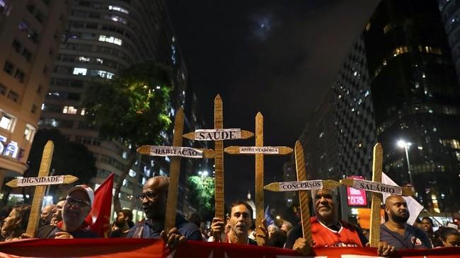 Para demonstran berbondong-bondong memenuhi jalan di sejumlah kota besar di Brasil, termasuk Sao Paulo, Rio de Janeiro, dan Belo Horizonte. (REUTERS/Pilar Olivares)
