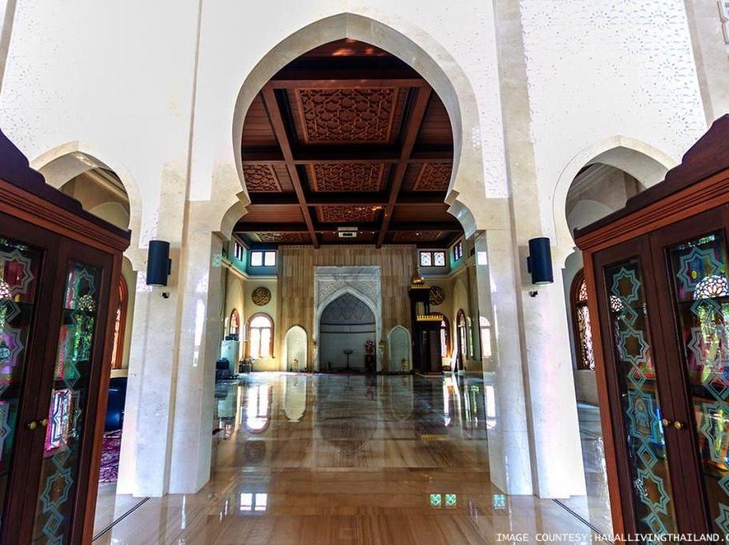 Bentuk arsitektur Masjid Ton Son mirip seperti wihara Budha yang didominasi kayu jati. Meski begitu, masjid yang pernah direnovasi pada tahun 1952 ini tetap menyematkan sejumlah unsur islami di bangunan tersebut. Salah satunya, kubah mini berbentuk oval yang berwarna hijau. Dok. www.halallivingthailand.com.