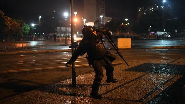 Bolsonaro menentang aksi unjuk rasa itu. Menurut dia demonstrasi itu ditunggangi kelompok sayap kiri yang beseberangan dengannya. (MAURO PIMENTEL / AFP)