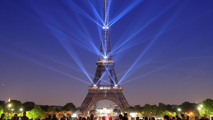 The Eiffel tower is illuminated during a light show to celebrate its 130th anniversary in Paris, France, May, 15, 2019. REUTERS/Gonzalo Fuentes