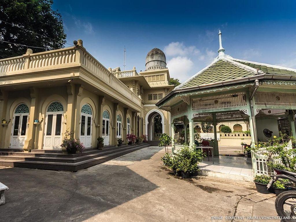 Masjid Ton Son dibangun pada masa pemerintahan Raja Narai dari Kerajaan Ayutthaya atau Siam Thailand di tahun 1688. Masjid yang dapat menampung hingga 1.000 jemaah ini disebut sebagai masjid pertama yang berdiri di kota Bangkok, Thailand. Dok. www.halallivingthailand.com.