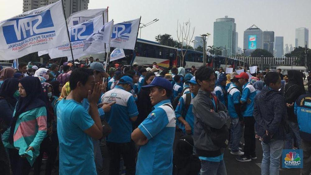 Mereka demo untuk menuntut gaji yang belum dibayar, kekurangan upah 2013-2018 yang juga belum dibayar.
