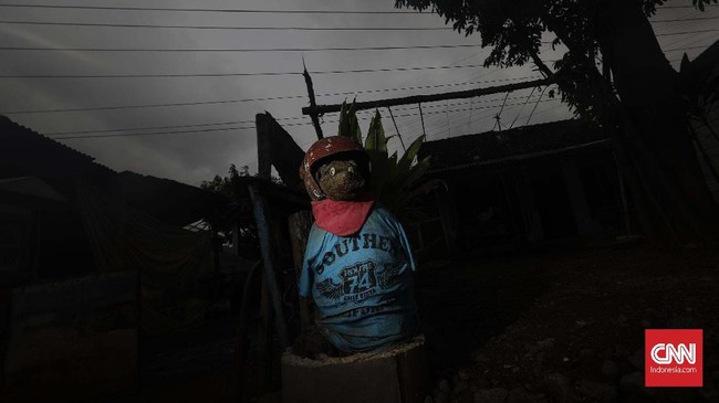 Warga sekitar percaya terdapat gapura mistis yang dijaga mahluk berkepala anjing sebagai penanda pintu masuk wilayah gaib Alas Roban. Konon, di sekitar daerah tersebut selalu terjadi kecelakaan apabila dipasang rambu marka jalan. (CNNIndonesia/Adhi Wicaksono).