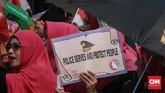 Sekitar 200 wanita yang menamakan diri Perempuan Indonesia Bergerak (PIB) menggelar aksi di seberang Istana Merdeka, Jakarta Pusat, menolak hasil penghitungan suara dan sistem hitung (Situng) KPU, 16 Mei 2019.(CNN Indonesia/Andry Novelino)