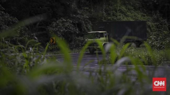 Kondisi jalur pantura Alas Roban kini sudah terbagi tiga jalur memang sedikit mengurangi kerawanan, kemacetan dan kecelakaan lalu lintas. Jalur lingkar selatan dan tengah yang digunakan untuk kendaraan berat, serta jalur utara untuk jenis mobil dan sepeda motor. (CNNIndonesia/Adhi Wicaksono).