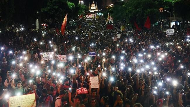 Akibat unjuk rasa itu, kegiatan di beberapa universitas negeri dan sekolah menengah di 27 negara bagian Brasil terpaksa dihentikan sementara. (REUTERS/Pilar Olivares)