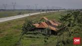 Salah satu rumah warga yang kini tidak memiliki akses jalan, akibat tol Trans Jawa. Pihak pengembang dianggap lalai untuk mengembalikan prasarana publik yang hilang akibat pembangunan tol. (CNNINdonesia/Adhi Wicaksono).