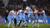 Para pemain Lazio melakukan selebrasi usai wasit meniup peluit panjang sekaligus memastikan mereka meraih gelar ketujuh di ajang Coppa Italia. (REUTERS/Alberto Lingria)