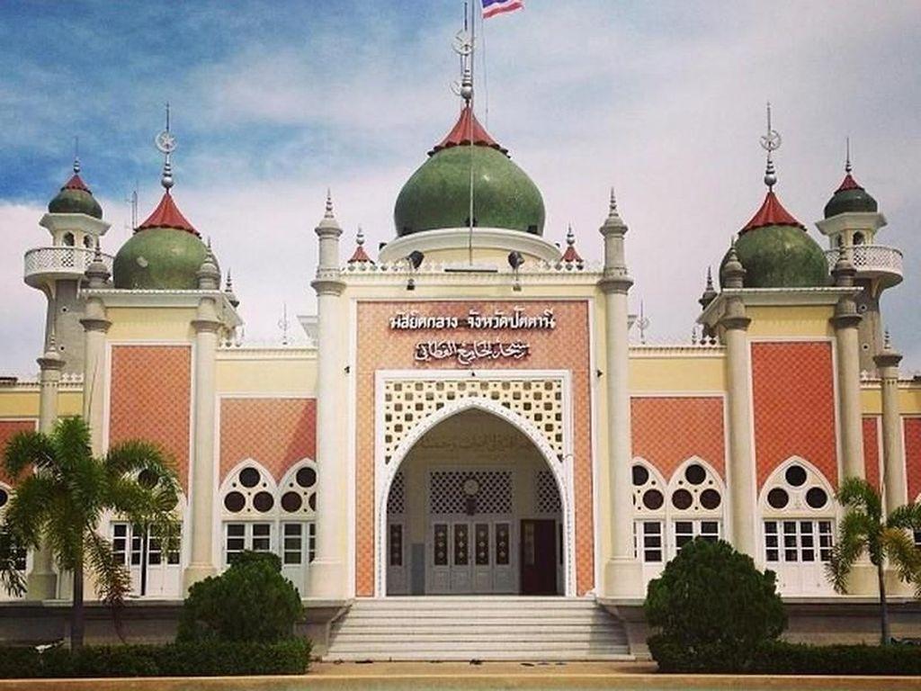 Masjid Agung Pattani dibangun pada tahun 1954 dan mengabiskan waktu hingga 9 tahun untuk pembangunannya. Masjid yang terinspirasi dari keindahan arsitektur Taj Mahal di India ini menjadi salah satu pusat kegiatan keagamaan di Thailand Selatan. Masjid ini pun disebut sebagai salah satu masjid terbesar dan terindah di Thailand. Dok. www.beautifulmosque.com.