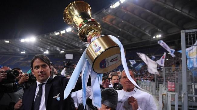 Simone Inzaghi berhasil meraih gelar keduanya selama melatih Lazio usai jadi juara Coppa Italia lewat kemenangan atas Atalanta. Gelar pertama Inzaghi adala Piala Super Italia yang diraih tahun 2017. (REUTERS/Alberto Lingria)