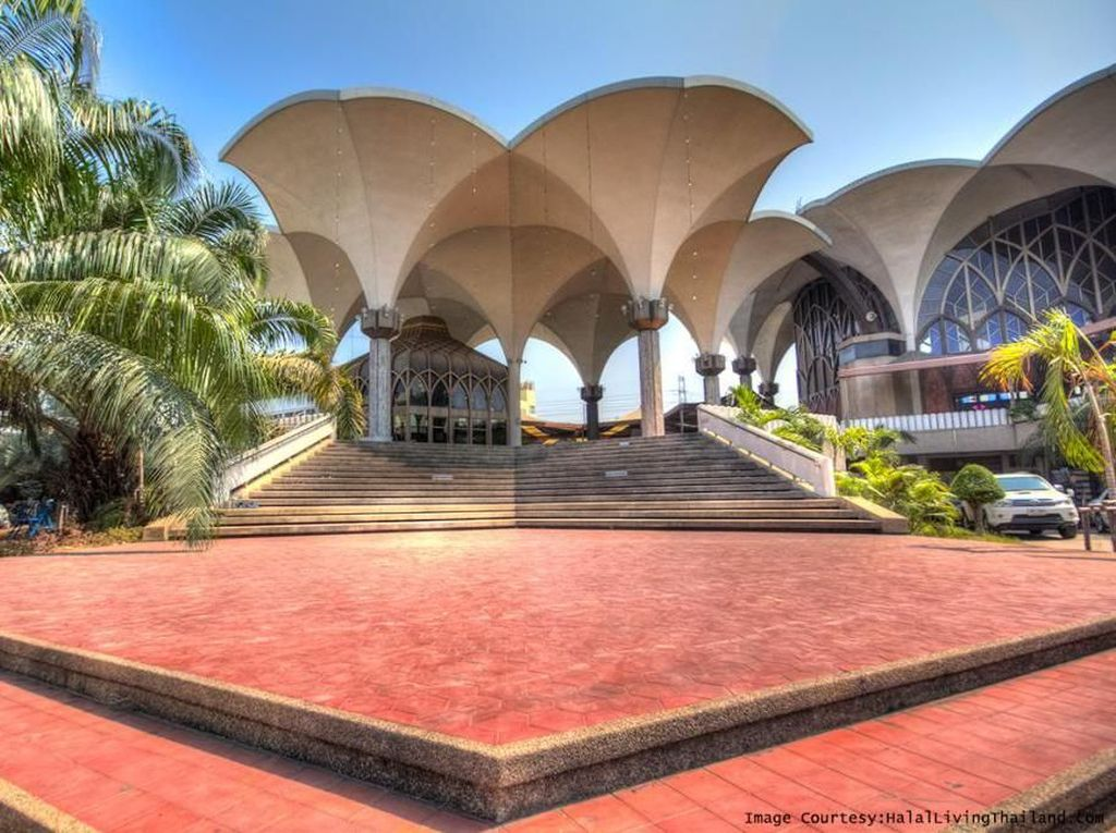 Masjid Islamic Center dibangun oleh yayasan The Foundation of Islamic Center Thailand. Masjid dengan arsitektur unik ini dibangun pada tahun 1954 dan menelan biaya hingga mencapai 54 juta Baht Thailand di masa itu. Dok. www.halallivingthailand.com.