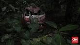 Sejumlah kendaraan bekas kecelakaan teronggok di hutan di Alas Roban, Jawa Tengah. Kendaraan itu dibiarkan rusak dan tidak diambil oleh pemiliknya.(CNNIndonesia/Adhi Wicaksono).