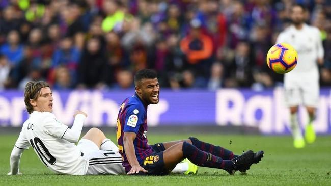 Gelandang serang asal Brasil Rafinha menjadi salah satu pemain yang sulit dijual Barcelona karena statusnya yang baru kembali dari cedera panjang. Rafinha belakangan dihubungkan dengan Tottenham Hotspur. (GABRIEL BOUYS / AFP)