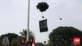 Pada akhir aksi, massa melepaskan balon hitam dan spanduk bertuliskan
