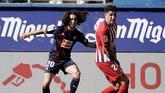 Marc Cucurella (kanan) dipinjamkan Barcelona ke Eibar musim lalu. Barcelona dikabarkan ingin menjual Cucurella secara permanen dengan harga €10 juta. (REUTERS/Vincent West)
