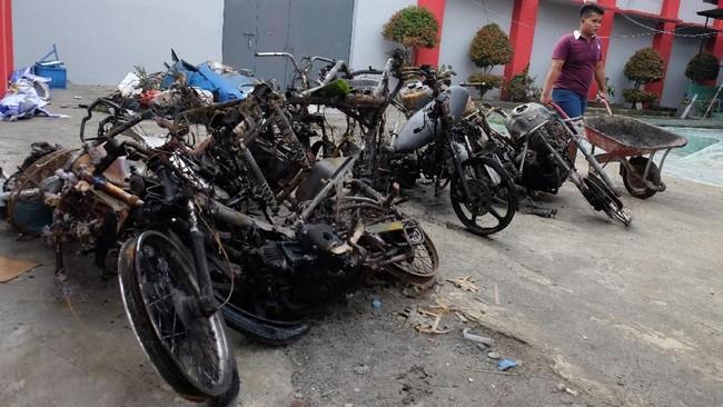 Seorang narapidana membawa alat pengangkut saat membersihkan lokasi Lapas Narkotika Kelas III Langkat Sumatera Utara yang rusak pascakerusuhan, Jumat (17/5/2019). ANTARA FOTO/Irsan Mulyadi/nz