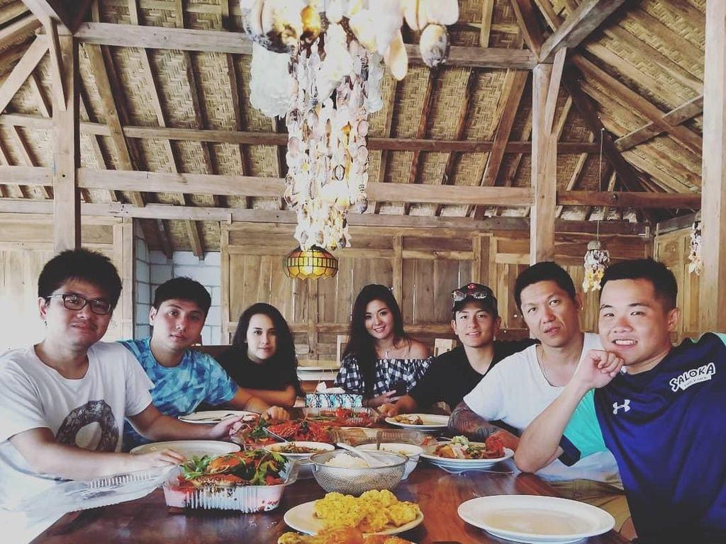 Dari unggahannya sepertinya Rio memang hobi makan. Saat kumpul bareng teman atau keluarga pun ia sempatkan makan bersama. Foto: Instagram rharyantoracing