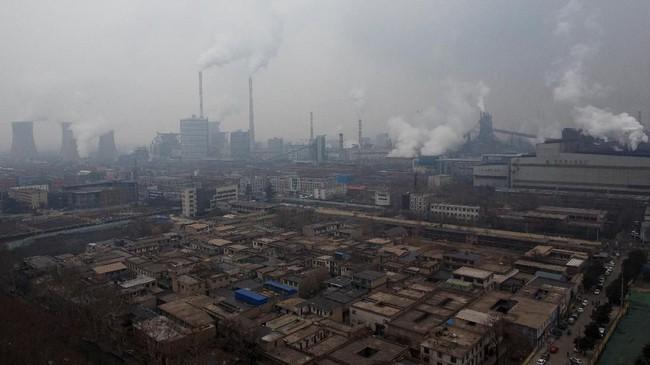 Tumpukan asap dan menara pendingin pembangkit listrik yang menjulang tinggi yang berbatasan dengan pabrik baja di Anyang, Provinsi Henan, China (REUTERS/Thomas Peter).