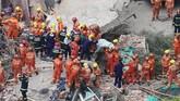 Seorang korban selamat harus diamputasi di lokasi kejadian karena kakinya tersangkut reruntuhan. (REUTERS/Aly Song)