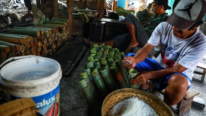 Lemang merupakan makanan dari beras ketan yang dimasak dalam seruas bambu yang digulung dengan daun pisang kemudian dibakar