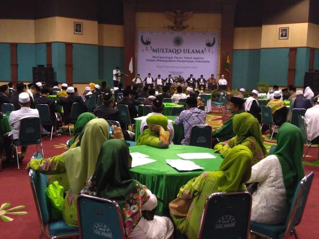 Adapun tema acara tersebut yaitu Mempertegas Peran Tokoh Agama Dalam Mewujudkan Perdamaian Indonesia yang diselenggarakan oleh Majelis Ulama Indonesia Kabupaten Bogor.