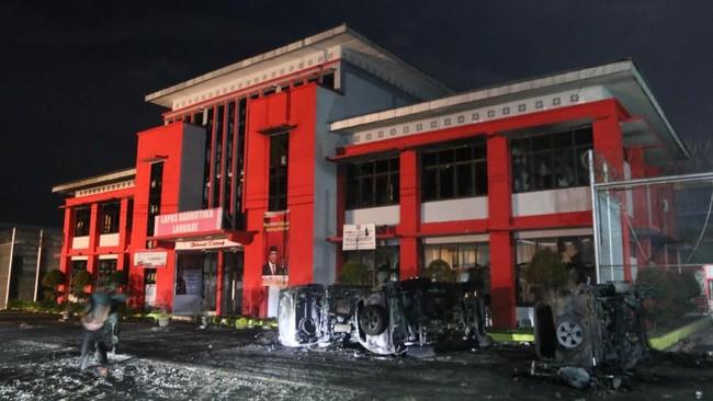 Prajurit TNI berjaga di depan Lapas Narkotika Kelas III Langkat, Sumatra Utara pasca kerusuhan Kamis (16/5/2019). Kerusuhan tersebut mengakibatkan tiga mobil petugas terbakar dan ratusan narapidana melarikan diri. ANTARA FOTO/Irsan Mulyadi/pras.